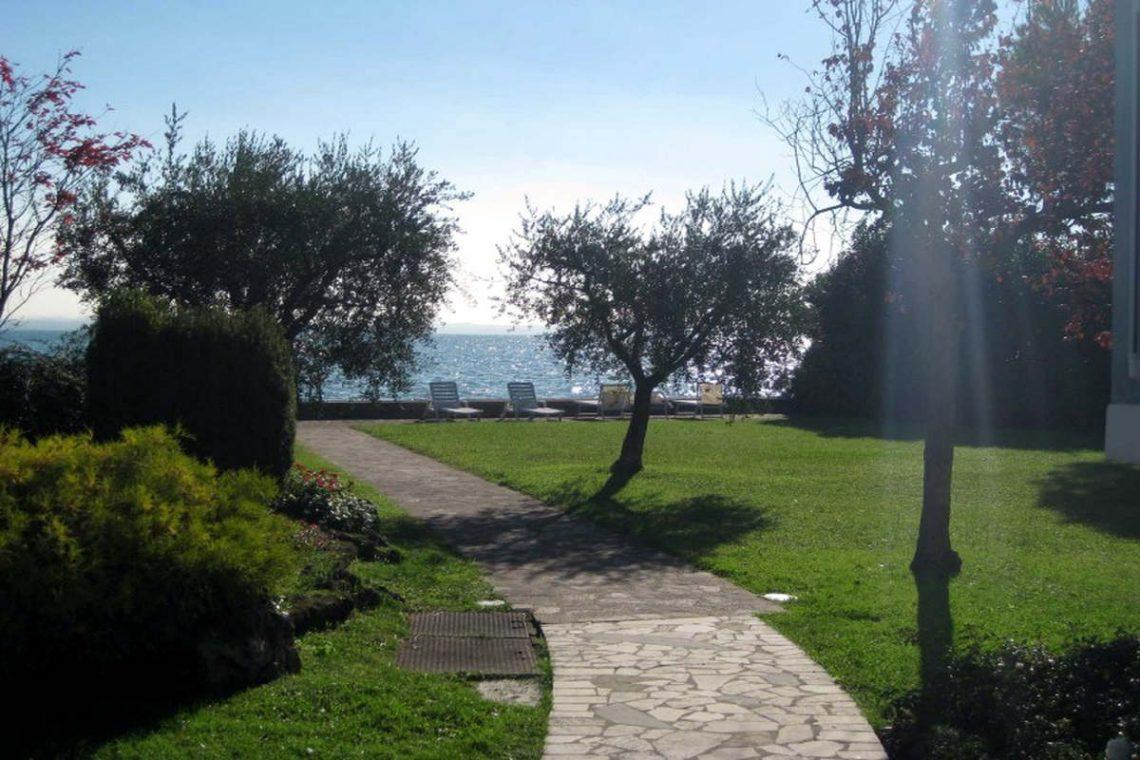 Waterfront villa Lake Garda 03