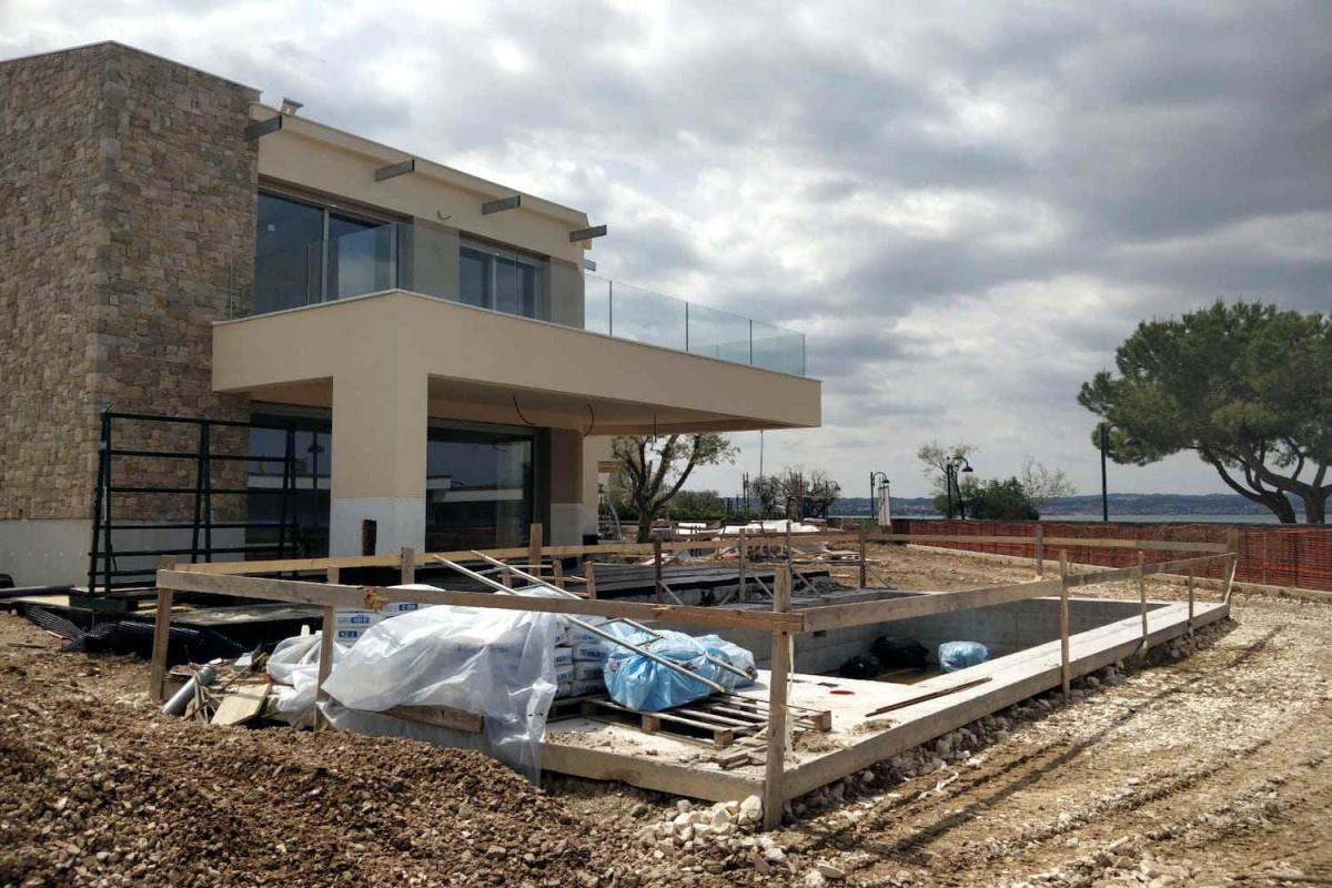 Villa Sirmione direkt am Strand mit Garten und Infinity-Pool