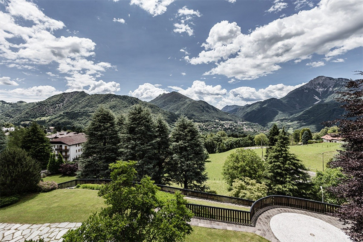 Berghütte auf den Alpen mit Hallenbad neben Skipisten